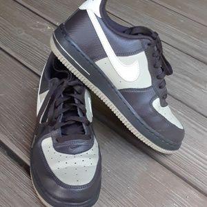 Nike Boys 3 Vegan? Leather brown/tan sneakers